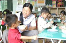 Các cháu trường mầm non xã Yên Quang – Lương Sơn luôn được chăm sóc chu đáo trong các bữa ăn