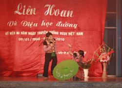 Tham gia liên hoan vũ điệu học đường, các tiết mục dân ca tạo được sự thu hút đặc biệt đối với khán giả