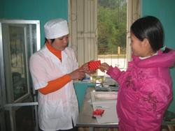 Cán bộ trạm y tế xã Tân Minh hướng dẫn người bệnh cách sử dụng thuốc trong điều trị