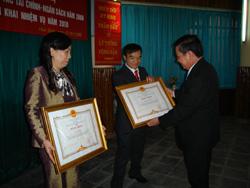 Thừa ủy quyền của Thủ tướng Chính Phủ, đồng chí Bùi Văn Tỉnh, Chủ tịch UBND tỉnh trao Bằng khen của Chính phủ cho 2 cá nhân