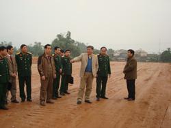 Đ/C Bí thư Tỉnh ủy thăm khu đất xây dựng nhà ở cho CBCS Bộ CHQS tỉnh