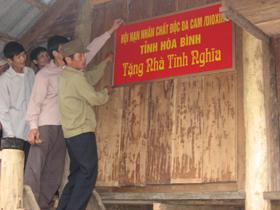 Hội nạn nhân chất độc da cam tỉnh tặng nhà tình nghĩa cho nạn nhân chất độc da cam để có một cái tết đầm ấm.