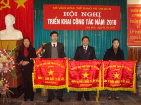 Đồng chí Hoàng Thị Chiển, GĐ Sở VH-TT&DL trao cờ thi đua xuất sắc của Bộ VH-TT&DL cho các đơn vị tiêu biểu năm 2009.