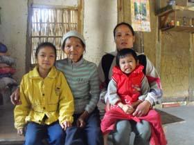 Gia đình chị Bùi Thị Hoa ở xóm Mỏ, xã Chiềng châu đang phải sóng trong căn nhà đất rách nát.