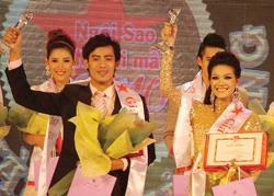 Thí sinh Châu Đoàn Thanh Trúc (phải) và Võ Hoàng Phi đoạt giải vàng.