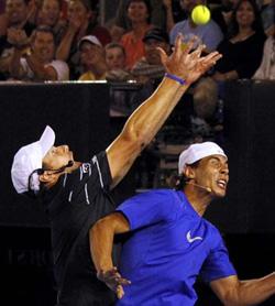 Đương kim vô địch Rafael Nadal (phải) cùng Andy Roddick ở trận đấu gây quỹ từ thiện cho nạn nhân của trận động đất thảm khốc ở Haiti.