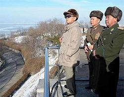 Nhà lãnh đạo Triều Tiên Kim Jong Il (trái) theo dõi cuộc diễn tập của quân đội nước này hôm 17/1.