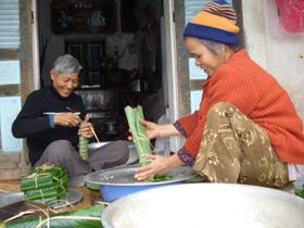 Gói bánh ống đã trở thành phong tục trong mỗi dịp Tết của người Mường.