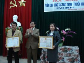 Đ/c Bùi Văn Cửu, Phó Chủ tịch UBND tỉnh trao Bằng khen của Bộ Thông tin & Truyền thông cho các cá nhân có thành tích xuất sắc