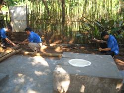 ĐVTN huyện Tân Lạc tham gia thực hiện mô hình xây dựng nhà tiêu hợp vệ sinh