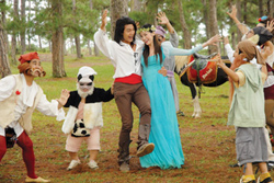 Hoàng tử, Bạch Tuyết và các chú lùn trong phim.