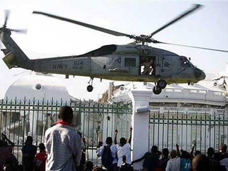Trực thăng Mỹ đáp xuống dinh tổng thống Haiti ở thủ đô Port-au-Prince hôm 19-1.