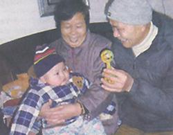 Bé Mạc Kinh Dược đang chơi đùa cùng ông bà nội.