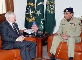 Bộ trưởng Quốc phòng Mỹ Robert Gates và Tổng Tư lệnh quân đội Pakistan Ashfaq Pervez Kayani.