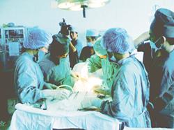 PGS, TS Nguyễn Viết Tiến chuyển giao kỹ thuật thụ tinh ống nghiệm tại Bệnh viện Phụ sản Thanh Hóa.