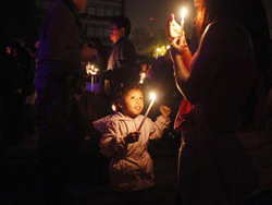 """Người dân thành phố Guatemala tham gia sự kiện """"Giờ Trái đất"""" vào ngày 28-3-2009"""