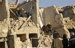 Các nhân viên cứu hộ tìm kiếm người bị nạn trong vụ đánh bom ở trung tâm Thủ đô Baghdad