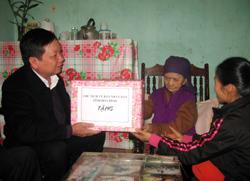 Đồng chí Bùi Văn Tỉnh, Chủ tịch UBND tỉnh thăm hỏi và tặng quà cho Mẹ Việt Nam anh hùng Nguyễn Thị Thục