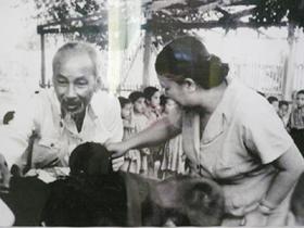 Chủ tịch Hồ Chí Minh thăm nhà trẻ hợp tác xã  nông nghiệp Pôlitôđen, nước cộng hòa Xô Viết  Uzbekistan (26-7-1959).