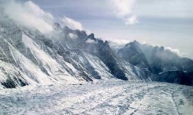 Sông băng Siachen chảy ngang khu vực dãy Himalaya, chia cắt Ấn Độ và Pakistan.
