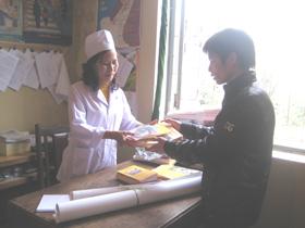 Hệ dự phòng huyện Lạc Thủy tổ chức cấp phát tài liệu tuyên truyền cho các xã , thị trấn cách phòng, chống, ngăn ngừa dịch cúm A/H1N1.