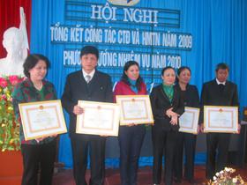 Tặng bằng khen của Trung ương Hội CTĐ Việt Nam cho các cá nhân có thành tích xuất sắc trong hoạt động nhân đạo.