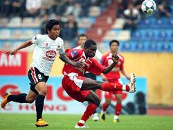 Tân binh Việt Thắng (trái) của V.Ninh Bình sẽ chống lại đội bóng cũ ĐTLA