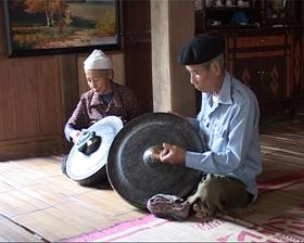 Người dân ở bản văn (TT Mai Châu) lưu giữ những nét truyền thống của dân tộc.