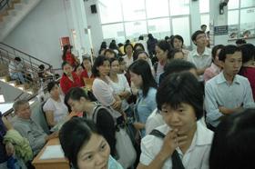 Người của các doanh nghiệp chen chúc chờ mua hóa đơn tại Phòng Quản lý Ấn chỉ - Cục Thuế TPHCM. (Ảnh chụp lúc 10 giờ ngày 30-12).
