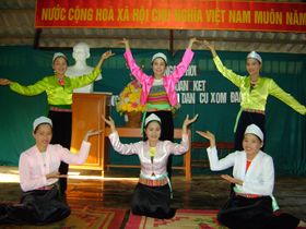 Đội văn nghệ xóm Đầm, xã Mãn Đức (Tân Lạc) biểu diễn văn nghệ phục vụ nhân dân
