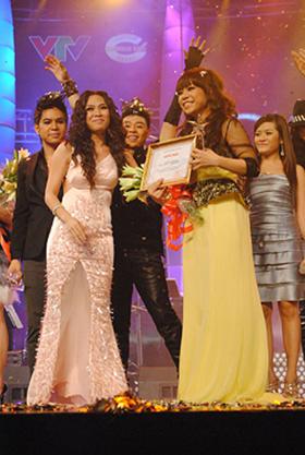 Niềm vui của Minh Chuyên (phải) khi nhận giải thưởng cao nhất của Sao Mai - Điểm hẹn 2010.