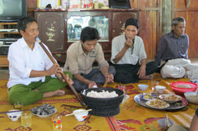 Nghệ nhân Pă Khăm đang thổi điệu Xa Nớt trong ngày cưới con trai.