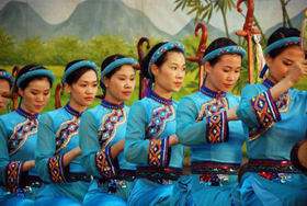 Biểu diễn văn nghệ tại đền Hùng.