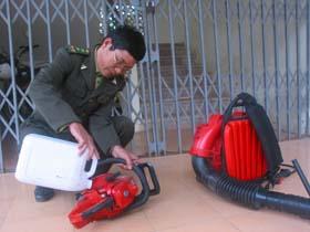 Cán bộ kiểm lâm huyện Lương Sơn chuẩn bị dụng cụ, phương tiện hỗ trợ địa bàn chữa cháy rừng.