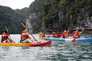 Du khách quốc tế khám phá Vịnh Hạ Long bằng thuyền kayak.