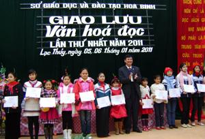 Lãnh đạo Sở GD&ĐT tặng giấy chứng nhận cho các học sinh có thành tích cao trong giao lưu