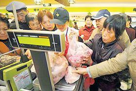 Người dân mua thực phẩm tại một siêu thị ở Trung Quốc