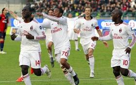 Niềm vui của các cầu thủ AC Milan sau khi tiền vệ Rodney Strasser (số 14) ghi bàn thắng vào lưới Cagliari.