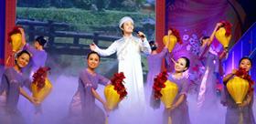 """Ca sĩ Đông Quân biểu diễn trong chương trình """"Xuân nhân ái"""" gây quỹ chăm lo người nghèo ăn tết."""