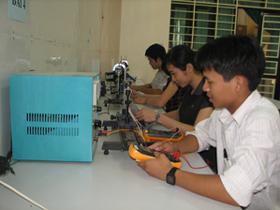Sinh viên đại học Tây Bắc thực hành nghiên cứu khoa học chuyển giao kỹ thuật.