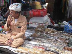 Những sạp thuốc như thế này xuất hiện ở nhiều phiên chợ gần Tết