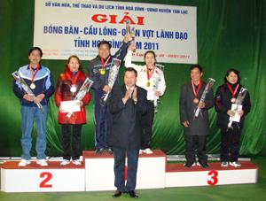 Ban tổ chức trao huy chương cho các VĐV nội dung đôi nam, nữ môn quần vợt