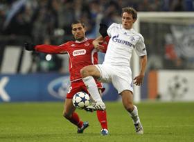 Trận Schalke (phải) và Hapoel bị nghi ngờ có dàn xếp tỷ số.