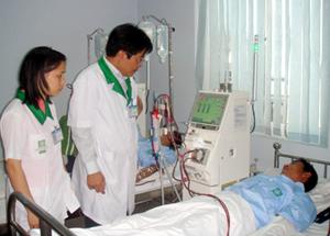 TS Nguyễn Tất Thắng - Trưởng khoa Thận nhân tạo Bệnh viện Hòe Nhai thăm khám cho người bệnh.
