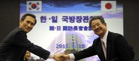 Bộ trưởng Quốc phòng Kim Kwan-jin và người đồng cấp Nhật Bản Toshimi Kitazawa