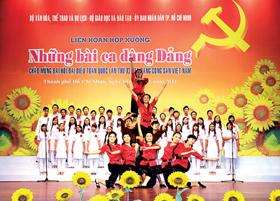 """Dàn hợp xướng của sinh viên ĐH Quốc gia TPHCM cùng nhóm múa biểu diễn bài """"Du kích sông Thao""""."""