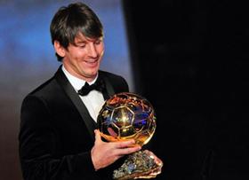 Messi vượt qua hai người đồng đội để lần thứ 2 giành QBV