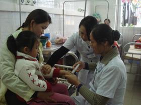 Các y, bác sĩ khoa Nhi (Bệnh viện Đa khoa tỉnh) điều trị cho trẻ bị viêm phổi.