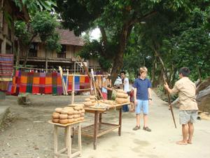 Bản Pom Coọng, thgị trấn Mai Châu thường xuyên đón các đoàn khách quốc tế đến thăm quan
