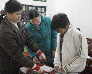 Giáo viên trường THCS Đồng Bảng quyên góp áo ấm tặng cho các em học sinh có hoàn cảnh khó khăn.